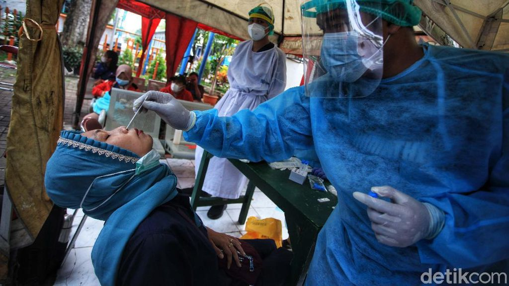 Momen Pemudik Tes Antigen di Terminal Kalideres