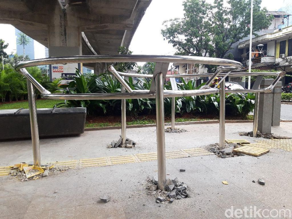 Sudah 12 Portal S Terpasang di Trotoar Jl Satrio Kuningan Jaksel