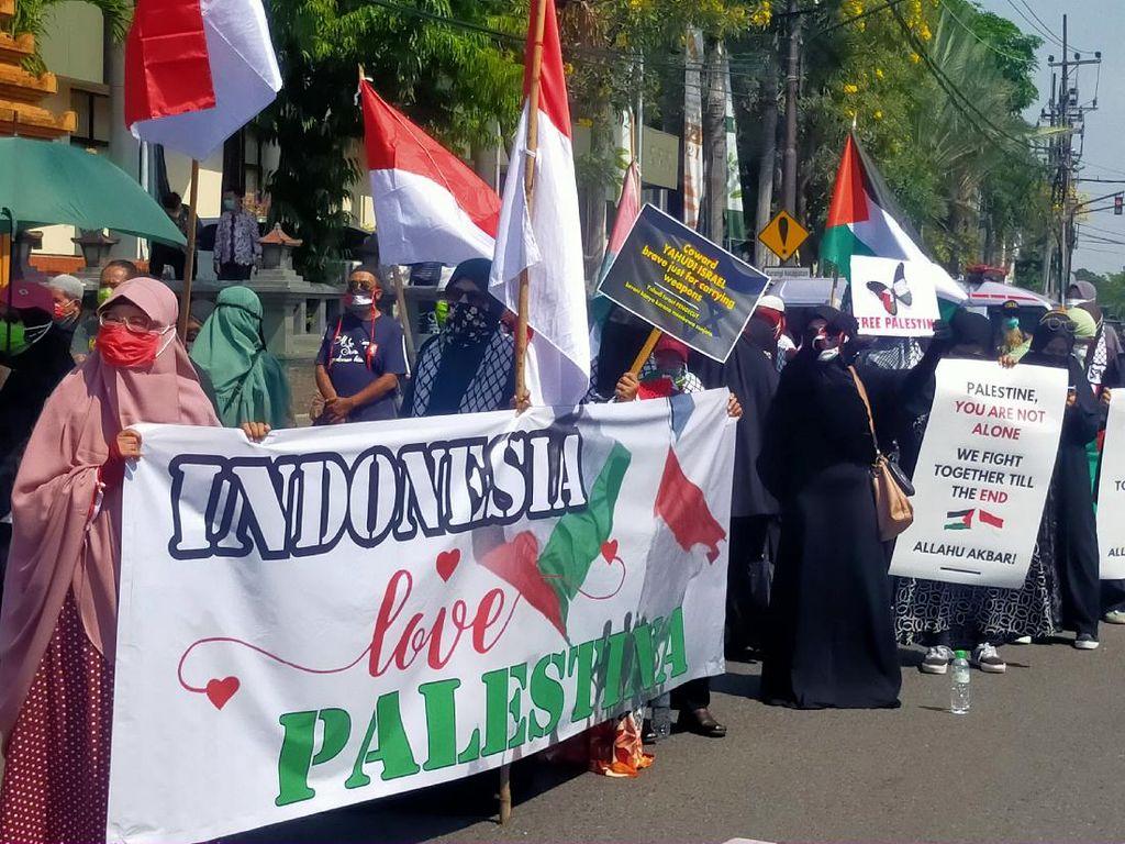 Umat Islam Menggelar Aksi Bela Palestina di DPRD Jatim