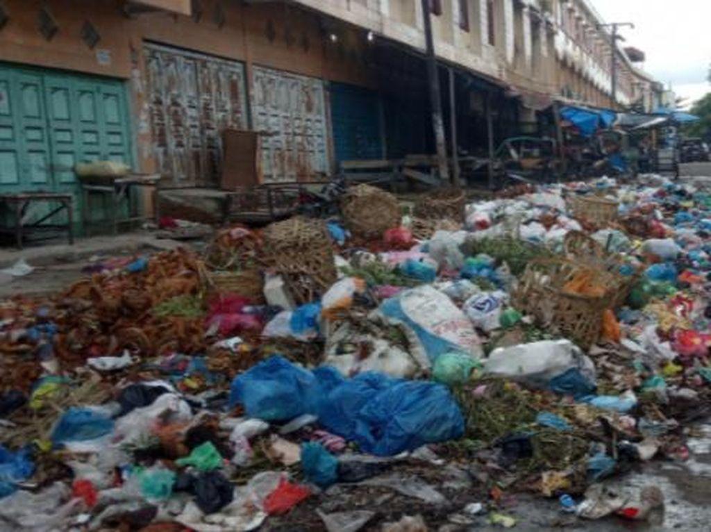 Pedagang-Pembeli Keluhkan Sampah yang Menggunung di Pasar Glugur Sumut