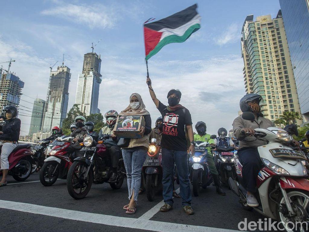 Aksi Galang Dana Untuk Palestina di Lampu Merah