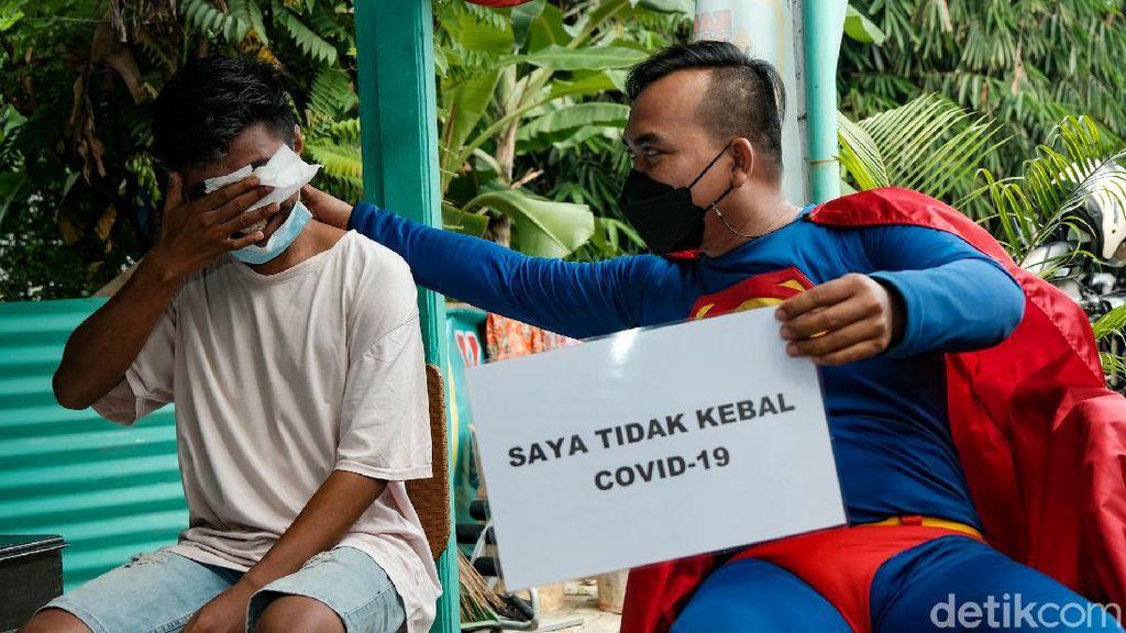 Aksi Superman Keliling Kampung Ingatkan Pemudik Tes Antigen
