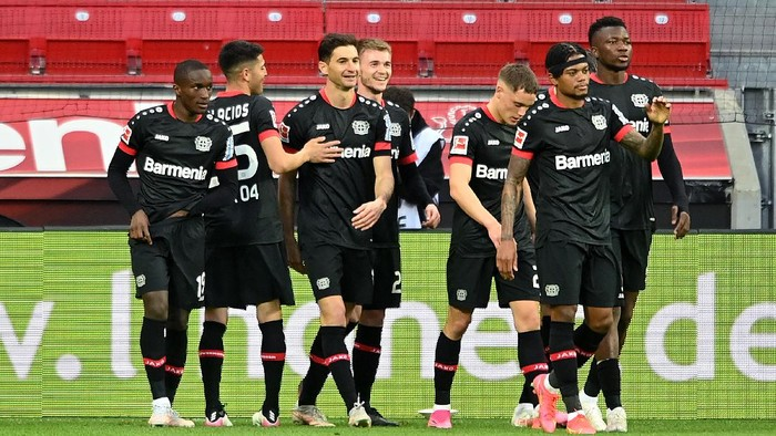 LEVERKUSEN, GERMANY - APRIL 24: Lucas Alario of Bayer Leverkusen  celebrates with teammates after scoring their teams second goal  during the Bundesliga match between Bayer 04 Leverkusen and Eintracht Frankfurt at BayArena on April 24, 2021 in Leverkusen, Germany. Sporting stadiums around Germany remain under strict restrictions due to the Coronavirus Pandemic as Government social distancing laws prohibit fans inside venues resulting in games being played behind closed doors. (Photo by Sascha Steinbach - Pool/Getty Images)