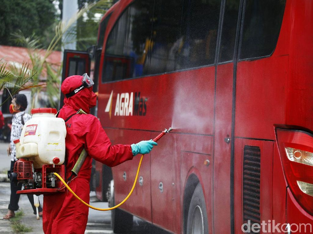 Bus AKAP Disemprot Disinfektan di Terminal Kampung Rambutan
