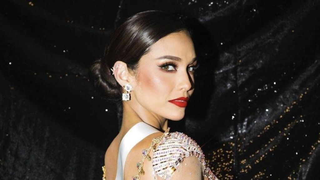 10 Foto Cantiknya Runner Up 2 Miss Universe 2020 yang Viral karena Nangis