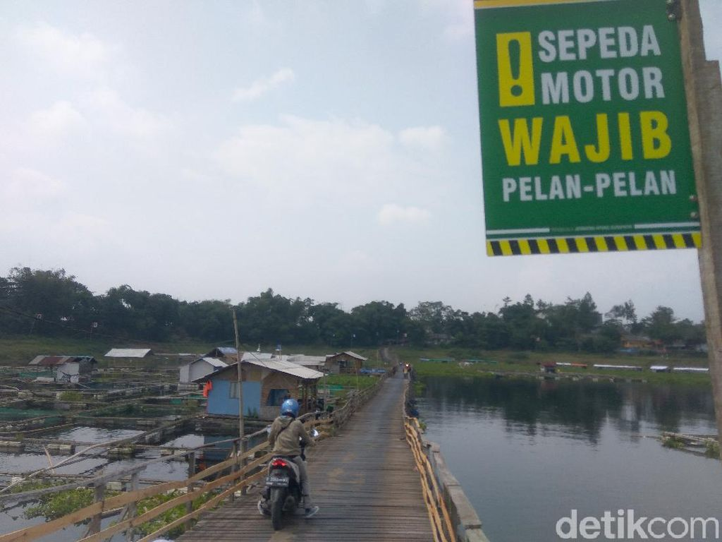 Menengok Jembatan Apung Penghubung Dua Desa di Bandung Barat
