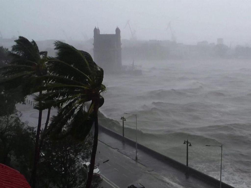 Siklon Tauktae Picu Gelombang Tinggi di Pantai Barat India