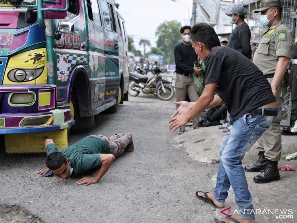 Ketahuan! 3 Pemudik Medan Ngumpet di Atap Bus agar Lolos Penyekatan