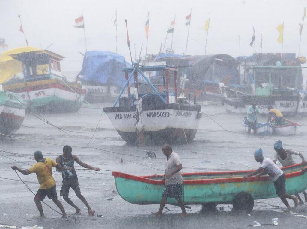 Tsunami COVID-19 Belum Usai, India Kini Dihantam Topan Tauktae