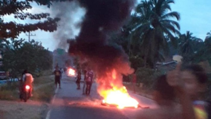 Warga Musi Rawas Utara memblokade Jalinsum karena protes terhadap larangan pesta malam