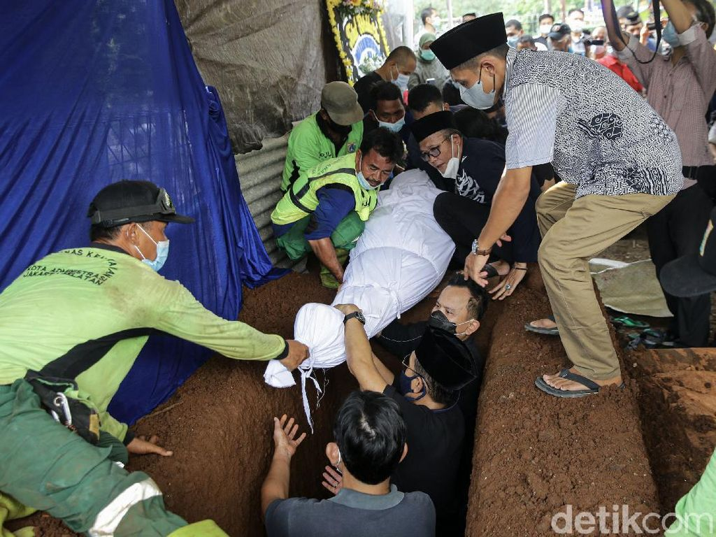 Akbar Tanjung-Yenny Wahid Hadiri Pemakaman Wimar Witoelar