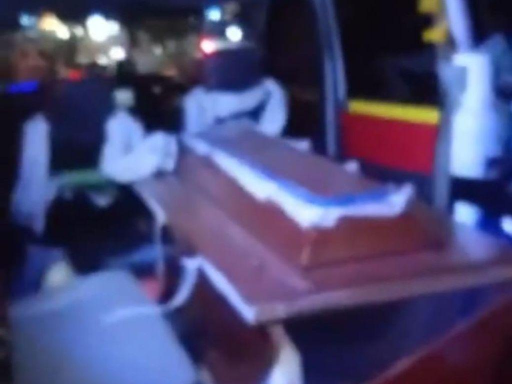 Mobil Boks Tabrak Ambulans Hingga Jenazah Keluar dari Peti