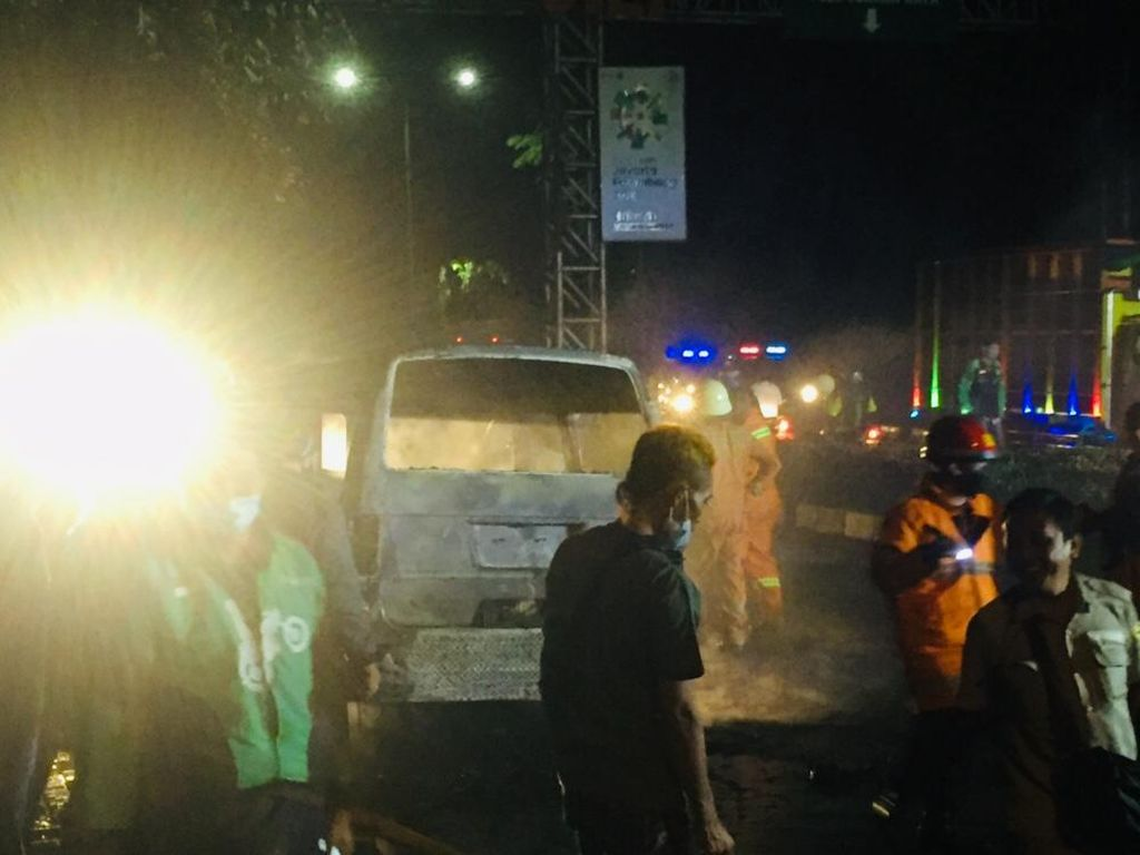Mobil Angkot Hangus Terbakar di Pulogadung Jaktim