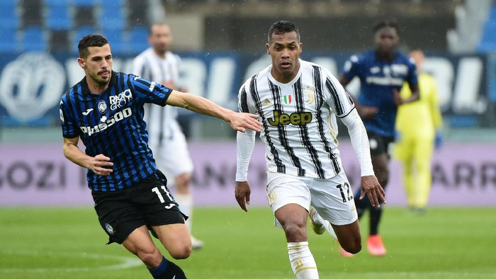 BERGAMO, ITALY - APRIL 18: Remo Freuler of Atalanta BC battles for possession with Alex Sandro of Juventus during the Serie A match between Atalanta BC and Juventus at Gewiss Stadium on April 18, 2021 in Bergamo, Italy. Sporting stadiums around Italy remain under strict restrictions due to the Coronavirus Pandemic as Government social distancing laws prohibit fans inside venues resulting in games being played behind closed doors. (Photo by Pier Marco Tacca/Getty Images)