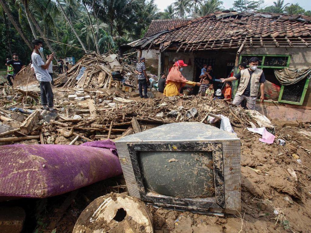 Banjir Bandang Porak Porandakan Desa Rengasjajar Bogor