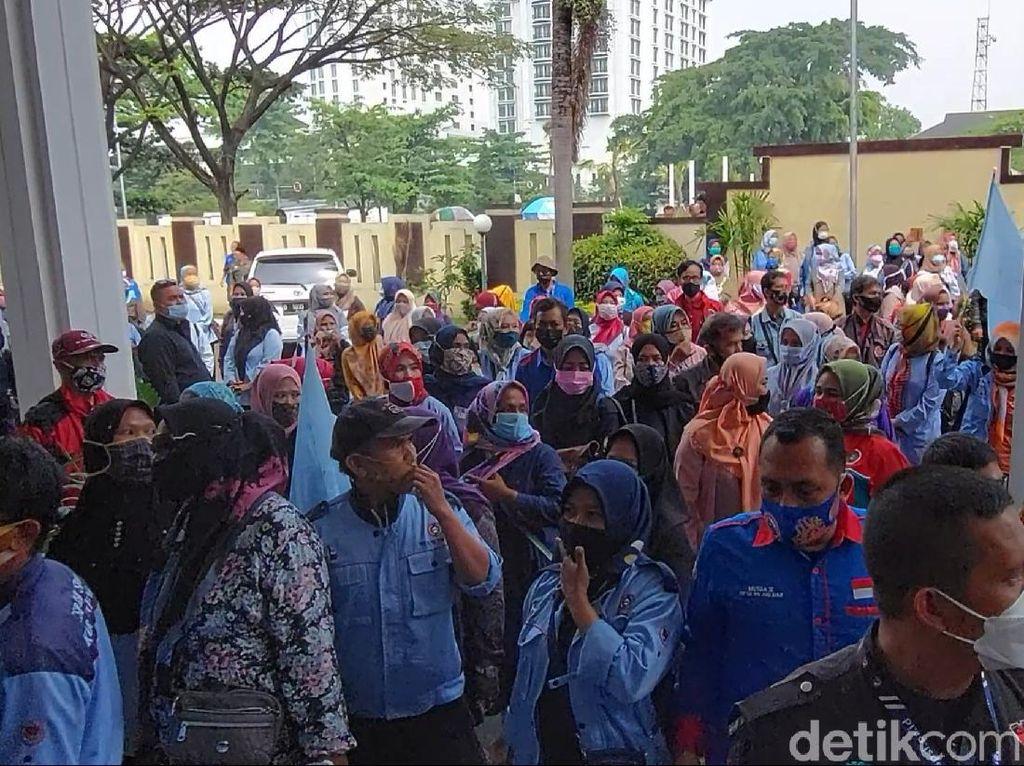 Kena PHK Massal, Ratusan Buruh Geruduk PHI Bandung
