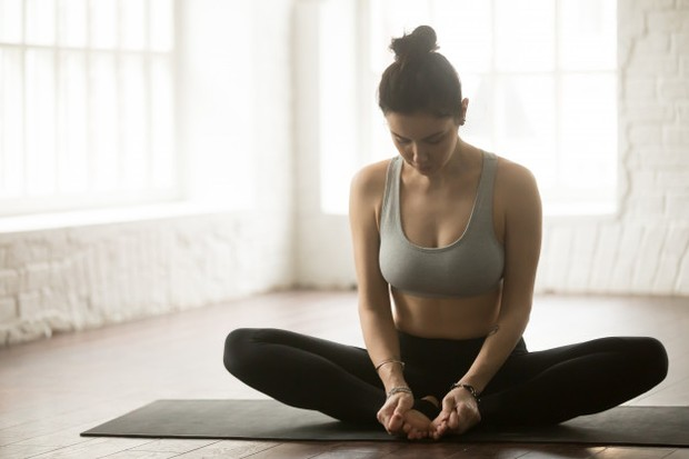 Jika merasakan bokong kaku disertai rasa nyeri punggungkamu bisa melakukan peregangan ini karena peregangan bisa membantu. Rapatkan kedua telapak kaki dan biarkan lutut terentang.