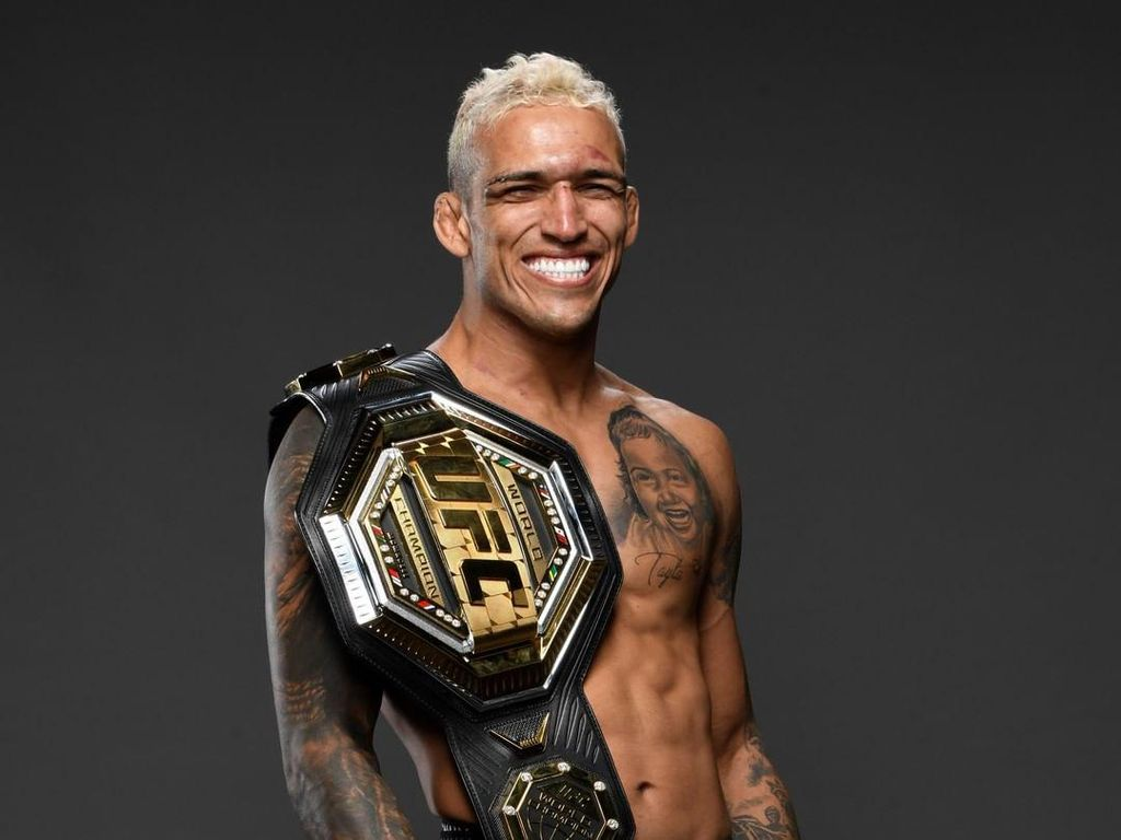 Cerita Juara UFC Charles Oliveira: Dulu Naik Motor Bebek, Sekarang Geber Lamborghini