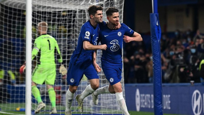 LONDON, ENGLAND - MAY 18: Jorginho of Chelsea celebrates after scoring their sides second goal from the penalty spot with team mate Christian Pulisic during the Premier League match between Chelsea and Leicester City at Stamford Bridge on May 18, 2021 in London, England. A limited number of fans will be allowed into Premier League stadiums as Coronavirus restrictions begin to ease in the UK following the COVID-19 pandemic. (Photo by Glyn Kirk - Pool/Getty Images)