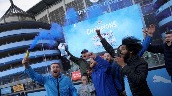 MANCHESTER, ENGLAND - MAY 11: Manchester City fans celebrate outside Etihad Stadium as their team has been confirmed as Premier League champions for the third time in four seasons on May 11, 2021 in Manchester, England. Manchester City Football club claims the Premier League title as nearest rival Manchester United lost to Leicester today 1-2. Football fans are currently unable to attend matches due to coronavirus restrictions. (Photo by Christopher Furlong/Getty Images)