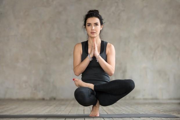 Menetralkan pinggung yang tegang kamu bisa melakukan peregangan figure 4 yang serbaguna ini. Kamu bisa melakukannya dengan berdiri, duduk atau berbaring dengan lutut ditekuk dan kaki di lantai.