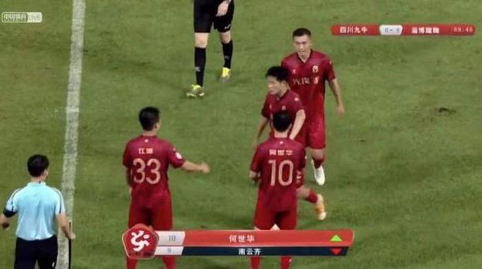 Pemilik klub Zibo Cuju, He Shihua (nomor 10) tampil sebagai pemain pengganti saat timnya bertandang ke markas Sichuan Jiuniu, sister-club dari Manchester City, pada 4 Mei.