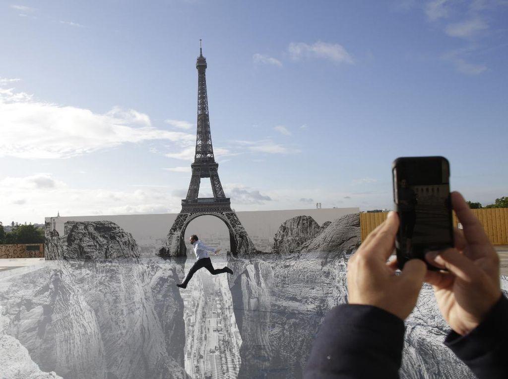 Karya Seni di Menara Eiffel Ini Keren Banget!