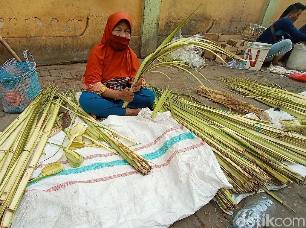 Penjualan Seret Jelang Lebaran Ketupat, Pedagang Janur di Kudus Banting Harga