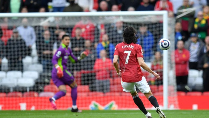 MANCHESTER, ENGLAND - MAY 18: Edinson Cavani of Manchester United scores their sides first goal past Alphonse Areola of Fulham during the Premier League match between Manchester United and Fulham at Old Trafford on May 18, 2021 in Manchester, England. A limited number of fans will be allowed into Premier League stadiums as Coronavirus restrictions begin to ease in the UK following the COVID-19 pandemic. (Photo by Paul Ellis - Pool/Getty Images)