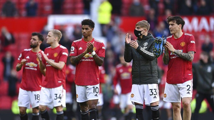 Manchester Uniteds players applaud fans after the English Premier League soccer match between Manchester United and Fulham at Old Trafford stadium in Manchester, England, Tuesday, May 18, 2021. (AP Photo/Laurence Griffiths, Pool)