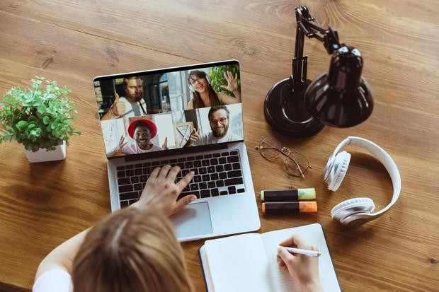 Menjadi sibuk sendiri selama meeting bisa membuat rekan kurang nyaman sekaligus merasa kurang dihargai.