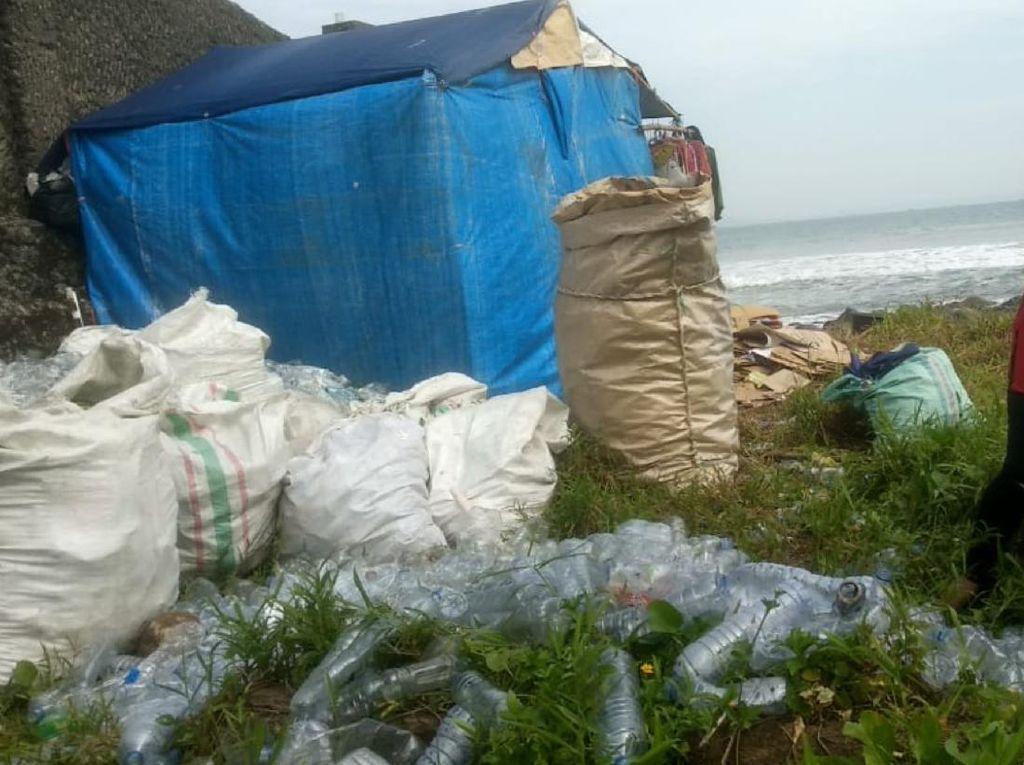 Mengenal Siti Maryati, Pemburu Sampah Plastik di Pesisir Palabuhanratu