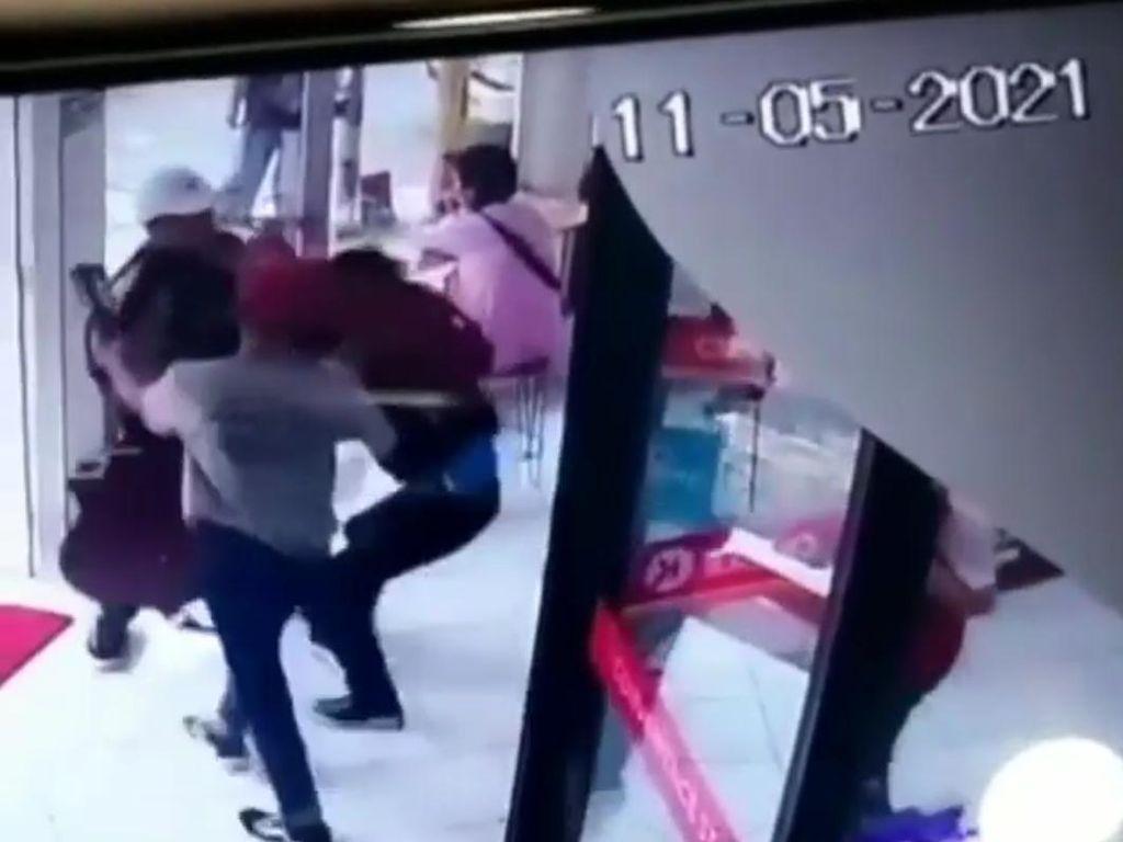 Heboh! Dua Pengamen Ngamuk di Minimarket Bandung