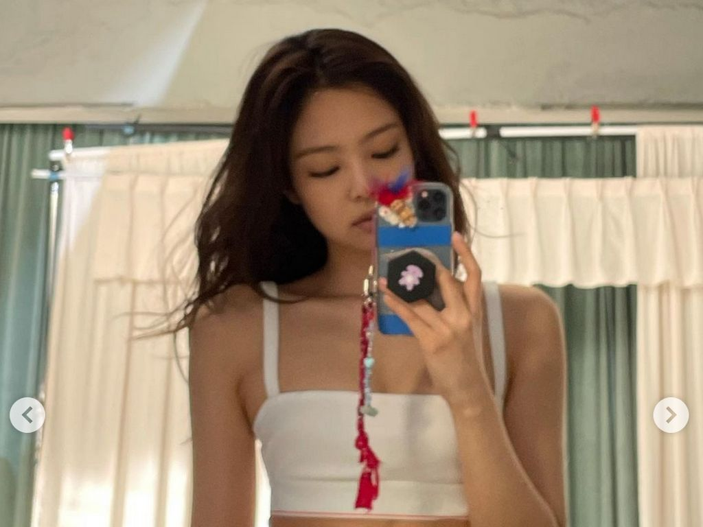 7 Foto Jennie BLACKPINK Pamer Perut Rata, Seksinya Nggak Ada Obat!