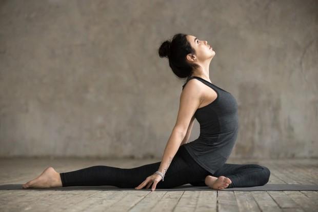 Jika peregangan figure 4 sudah terasa enak, tetapi kamu menginginkan sesuatu yang lebih dalam kamu bisa lakukan pigeon pose. Ini merupakan pose yoga hip-release untuk kamu.
