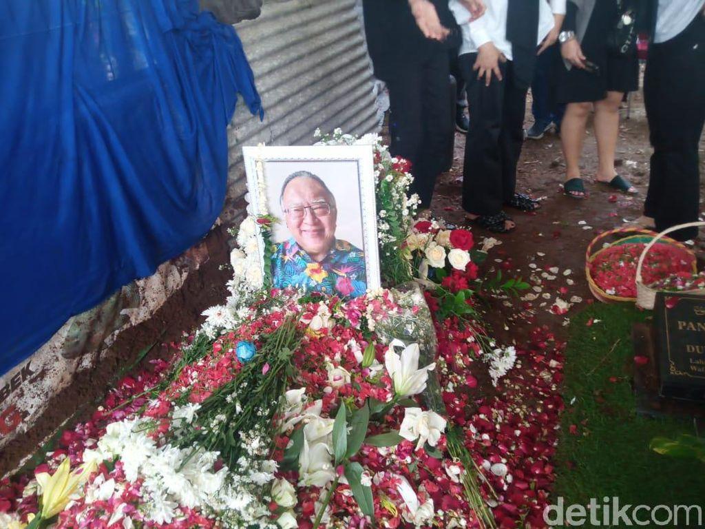 Isak Tangis Keluarga Iringi Pemakaman Wimar Witoelar di TPU Tanah Kusir