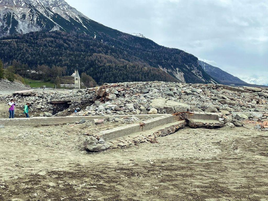 Foto Desa di Italia yang Tenggelam, Muncul Lagi Tinggal Reruntuhan