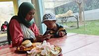 Sensasi Santap Makanan Ditemani Singa dan Harimau