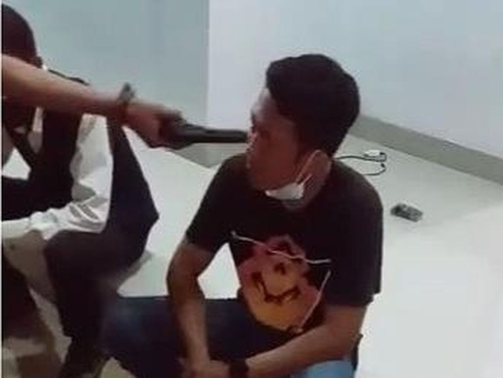 Viral Video Pria Koboi Ancam Tembak Kepala Sopir Travel di Cianjur