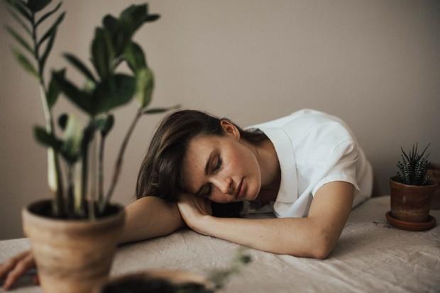 wanita sedang capek kerja
