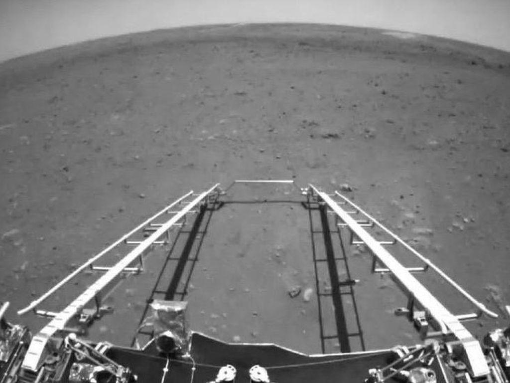 Wahana China Mendarat di Mars, Ini Foto-foto Pertama yang Dikirimkan