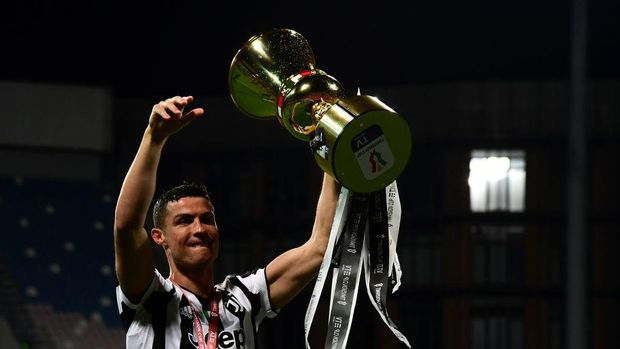 REGGIO NELL'EMILIA, ITALY - MAY 19: Cristiano Ronaldo of Juventus celebrates with the TIMVISION cup following the TIMVISION Cup Final between Atalanta BC and Juventus on May 19, 2021 in Reggio nell'Emilia, Italy. A limited number of fans will be allowed into the stadium as Coronavirus restrictions begin to ease in the UK. (Photo by Marco Rosi/Getty Images for Lega Serie A)