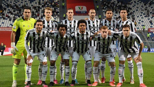 Soccer Football - Coppa Italia - Final - Atalanta v Juventus - Mapei Stadium - Citta del Tricolore, Reggio Emilia, Italy - May 19, 2021 Juventus players pose for a team group photo before the match REUTERS/Alberto Lingria