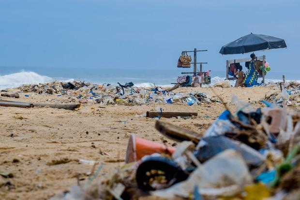 Sampah plastik yang mengotori pantai dan laut.