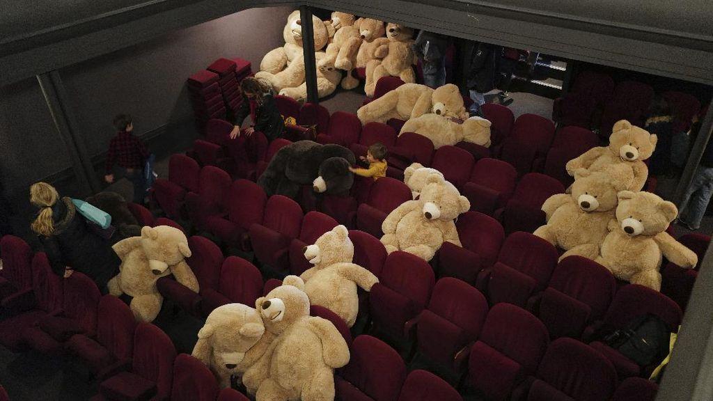 Gemes Banget! Nonton Bioskop di Paris Bareng Teddy Bear