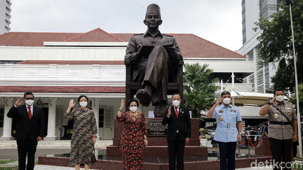Momen Megawati Resmikan Patung Bung Karno di Lemhanas