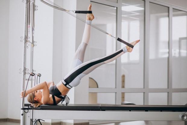 Latihan pilates dapat membantumu menguatkan bagian perut dan postur tubuh sebelum hamil.