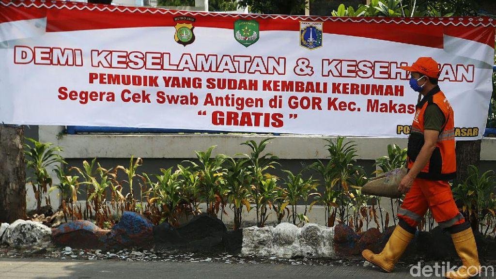 Spanduk Minta Pemudik Diswab Hiasi Kampung Makasar Jakarta
