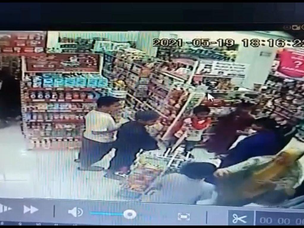 Terekam CCTV! Emak-emak Aniaya Bocah di Minimarket Sidrap