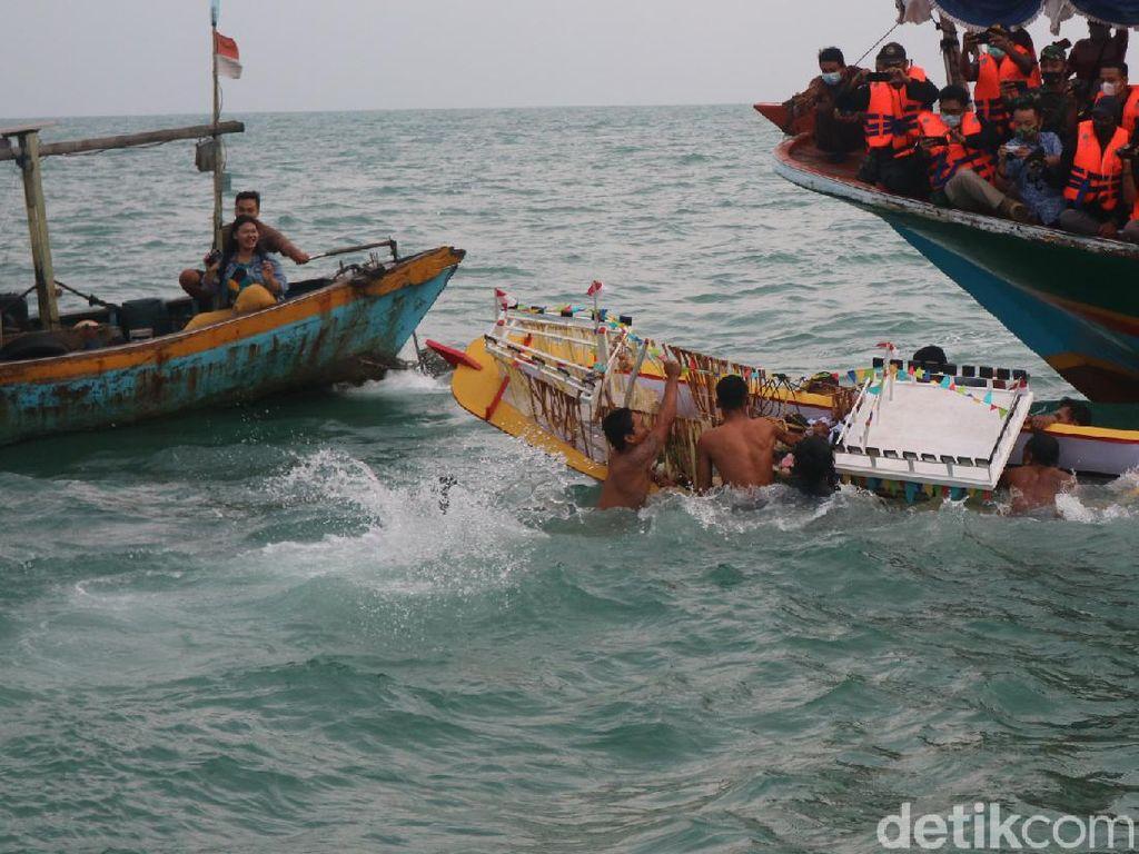 Digelar Sederhana, Nelayan Berebut Larungan Kepala Kerbau